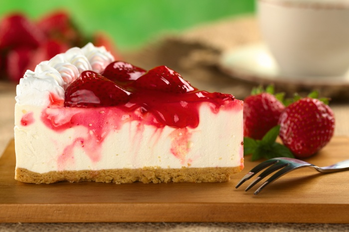 strawberry-cheesecake-with-strawberry-syrup